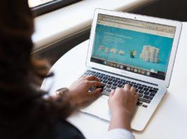 website bekijken op de laptop